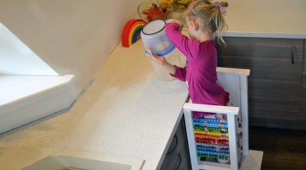 Umývanie riadu spolu s dieťatkom
