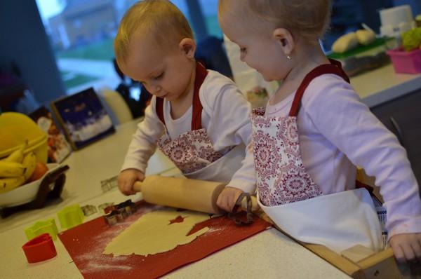 Deti valcujú cesto v kuchyni