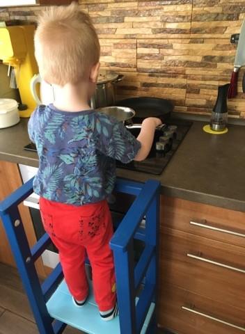 Dieťa umýva hrniec