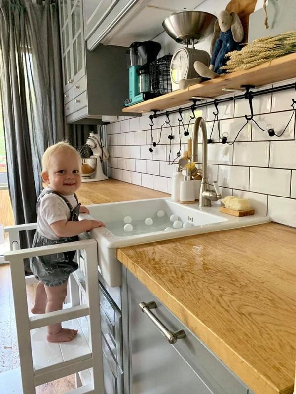 Hra s loptičkami v umývadle